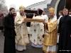 Святі мощі виносять митрополит Нижньодунайський Касіян та єпископ Хотинський Мелетій