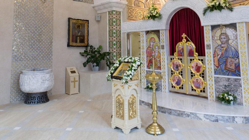 Хрещальна купіль з мармуру у Богоявленському приділі Спасо-Преображенського собору в Києві